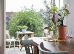 tafel met zicht op balkon